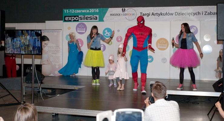 Mamblog II Targi rodzice i dzieciaki  scena elza spiderman siostry wajs